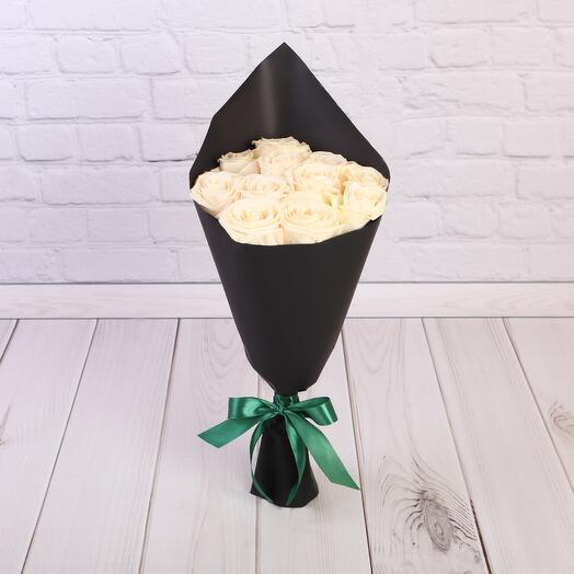 Букет 11 белых роз Эквадор 50 см в черном крафте