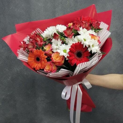Яркий букетик с герберой, розой