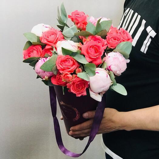 Пионы и кустовые розы в конусе