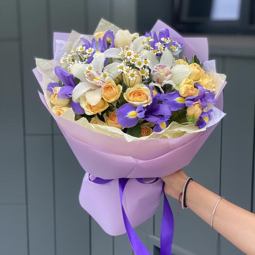 Букет Джулия из цимбидиума, танацетума, ирисов и кустовой розы