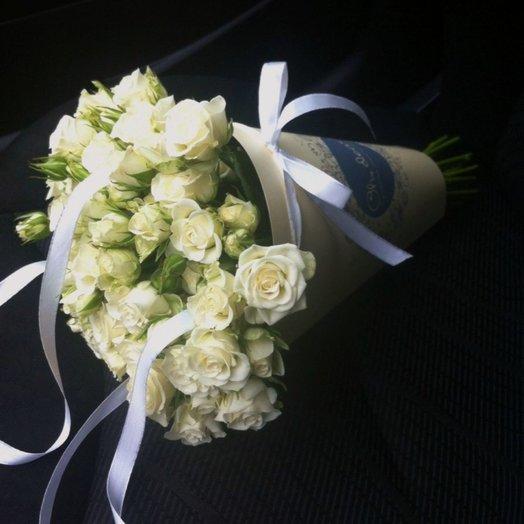 Букет в конверте из белой кустовой розы: букеты цветов на заказ Flowwow