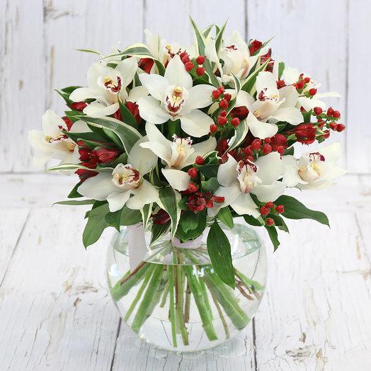 Букет из белых орхидей и гиперикума