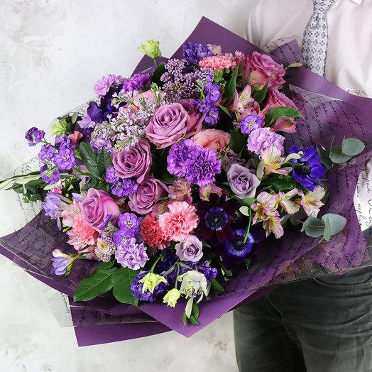 Букет из роз, анемонов, гвоздик и хризантем с листьями эвкалипта: букеты цветов на заказ Flowwow