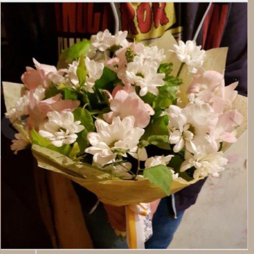 Хризантема с орхидеей и зеленью: букеты цветов на заказ Flowwow