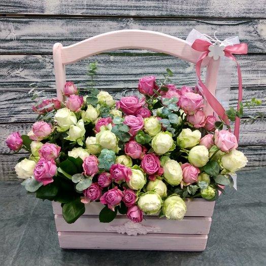 Пионовидные кустовые розы в деревянном ящике: букеты цветов на заказ Flowwow