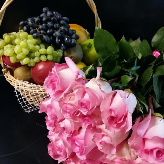 25 роз и корзина с фруктами: букеты цветов на заказ Flowwow