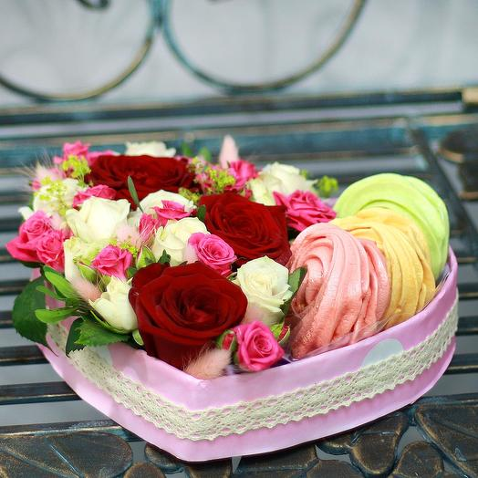 Композиция из роз, кустовых роз и безе: букеты цветов на заказ Flowwow