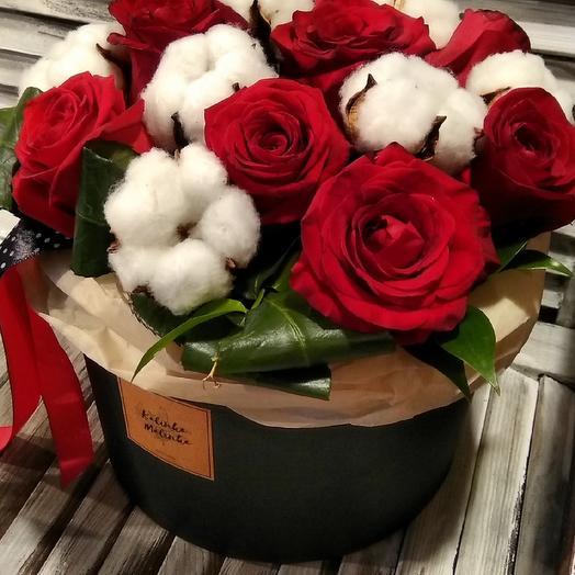 Шляпная коробка с хлопком и розами: букеты цветов на заказ Flowwow