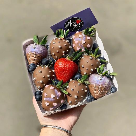 Коробка с клубникой и бельгийским шоколадом