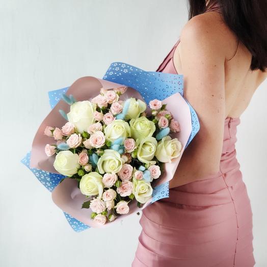 Букет из роз и лагуруса в оригинальной упаковке Нежность шелка