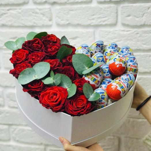 Красивое сердце с розами и киндерами: букеты цветов на заказ Flowwow
