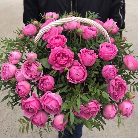 Пионовидные розы в корзине