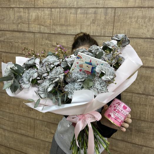 Стильный букет для любимой с кофе и шоколадом: букеты цветов на заказ Flowwow