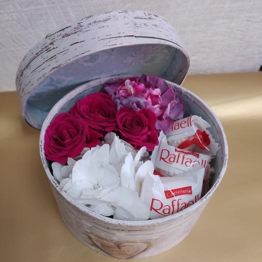 Композиция с цветами и раффаэлло: букеты цветов на заказ Flowwow