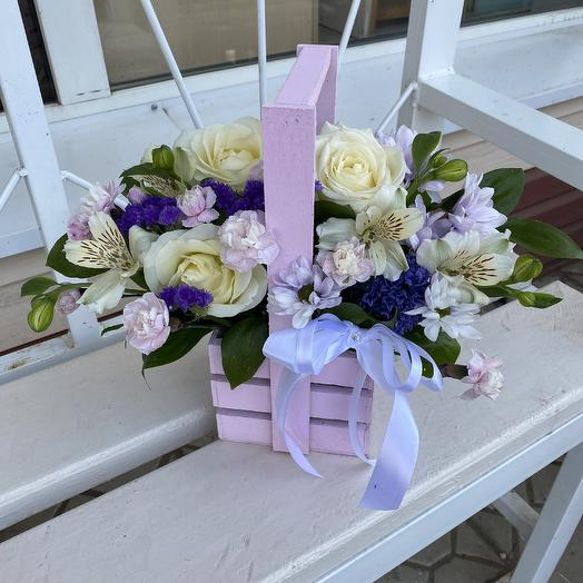 Ящик с розами, кустовыми гвоздиками