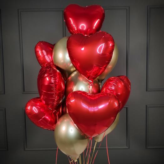 Композиция из золотых хромированных шаров с красными сердцами