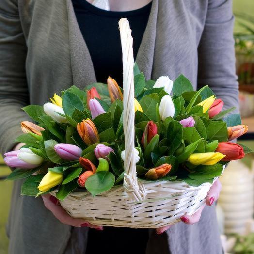 Корзина с 25 тюльпанами