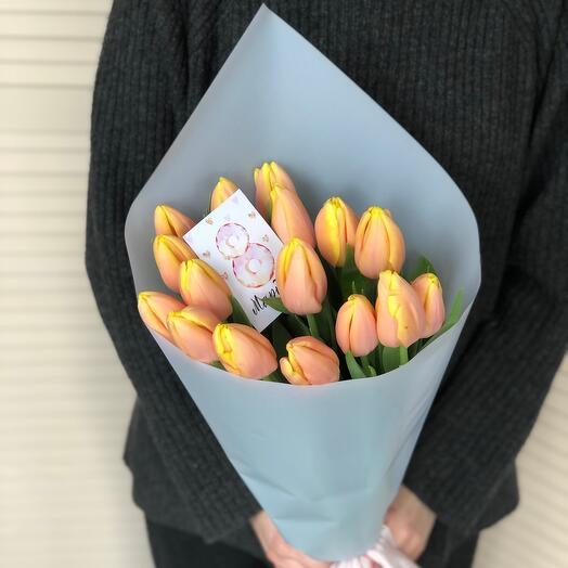 Букет с персиковым тюльпанами