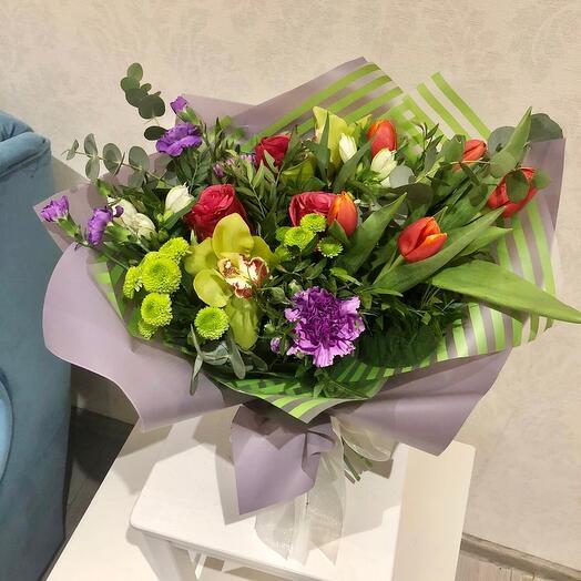 Букет с орхидеями и тюльпанами
