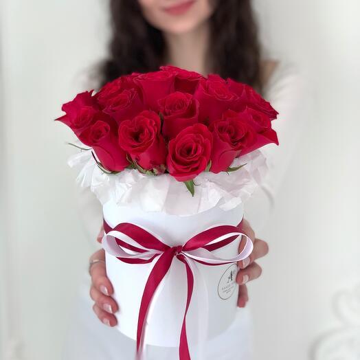 Цветы из 21 красной розы в шляпной коробке