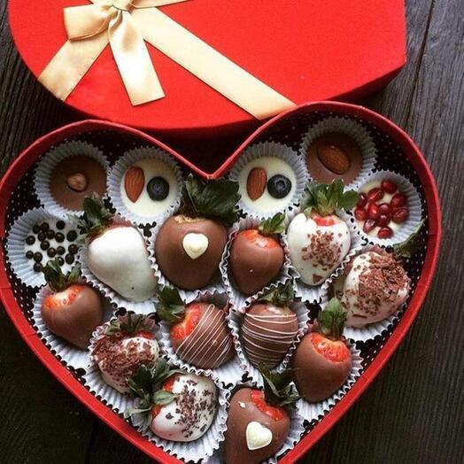 Клубничная коробочка с конфетами