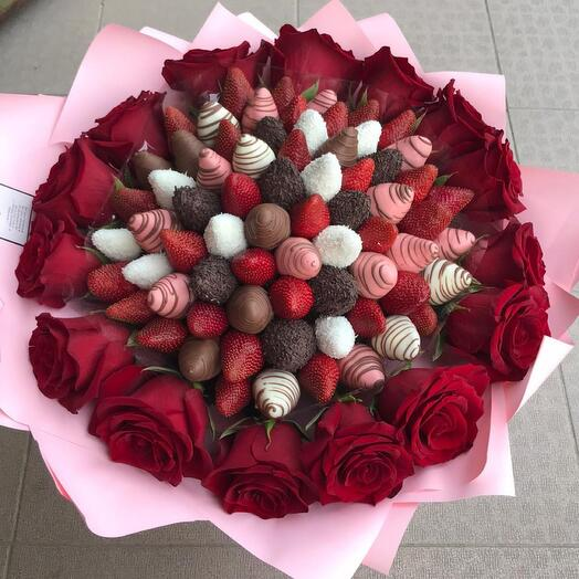 Клубничный букет L с розами