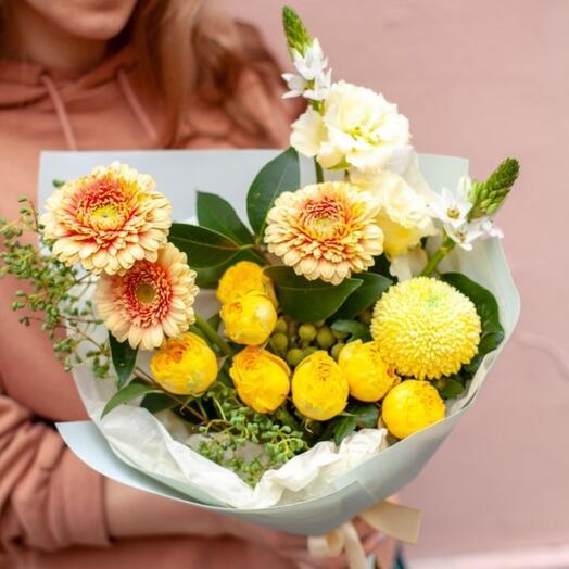 Букет с герберами и пионовидными розами