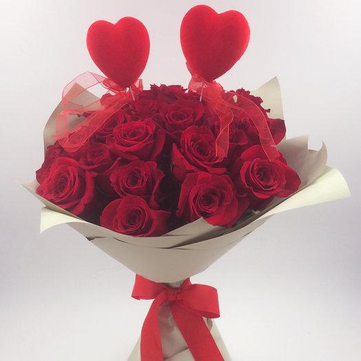Букет из 25 красных роз фридом с сердцами: букеты цветов на заказ Flowwow