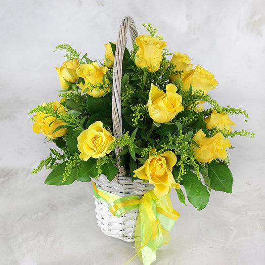 Композиция из 15 желтых роз солидаго в корзине