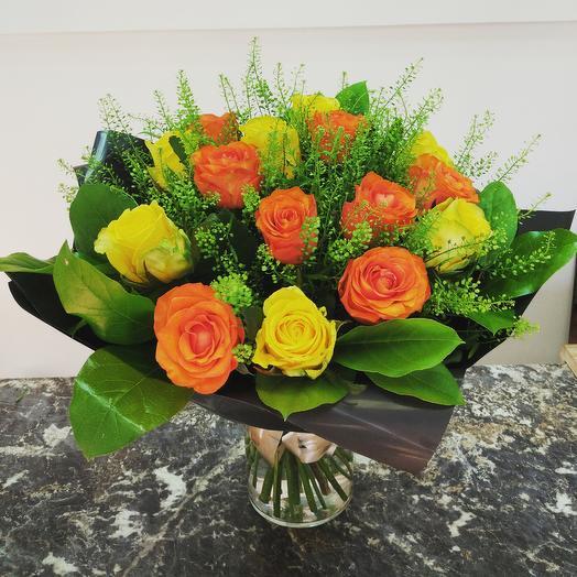 15 желтых и оранжевых роз
