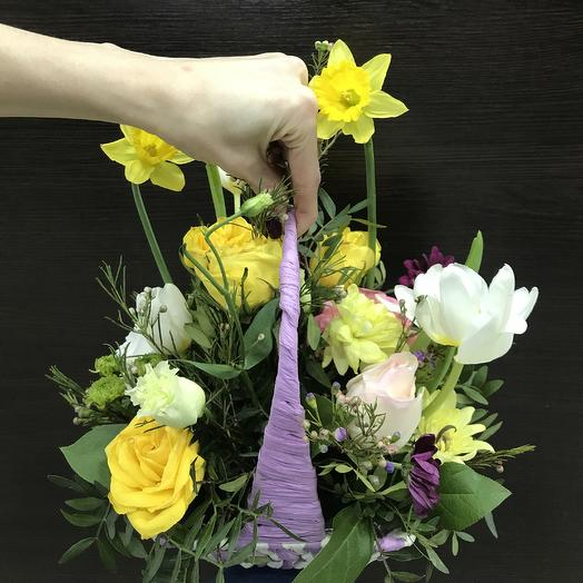 Корзинка с весенними цветами 💚: букеты цветов на заказ Flowwow