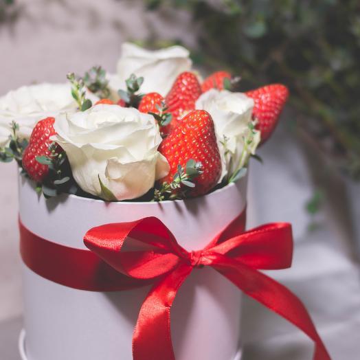 Шляпная коробочка с клубникой и розами 88: букеты цветов на заказ Flowwow