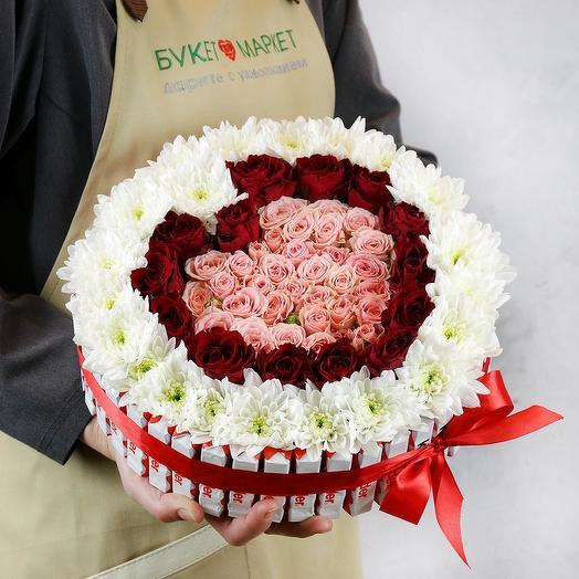 Композиция сердце из роз и хризантем с киндер шоколадом