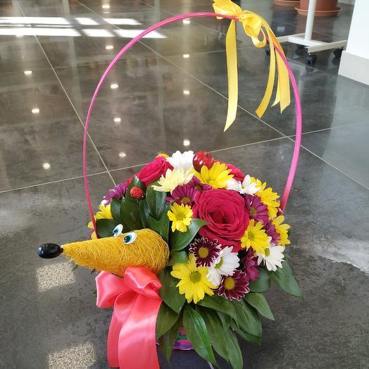Забавный ёжик 🦔 из живых цветов в корзинке: букеты цветов на заказ Flowwow