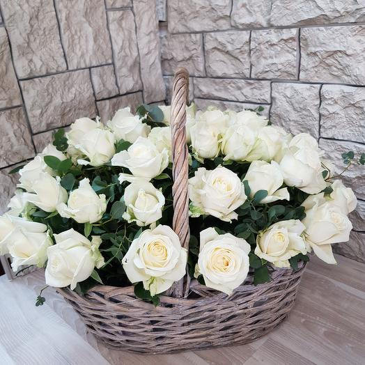 Корзина из 29 белых роз: букеты цветов на заказ Flowwow