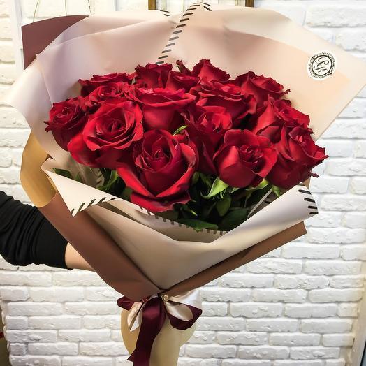 Букет из 15 голландских роз в дизайнерской упаковке: букеты цветов на заказ Flowwow