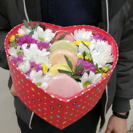 Сердце с живыми цветами и пирожными макарун: букеты цветов на заказ Flowwow