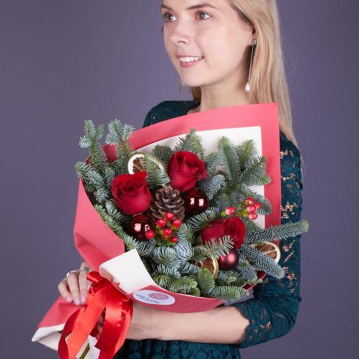 Букет зимний с красными розами (стеклянная ваза в подарок, см. условия акции)