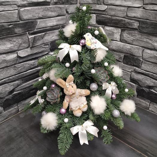 Пушистая ёлочка из нобилиса с новогодним декором: букеты цветов на заказ Flowwow