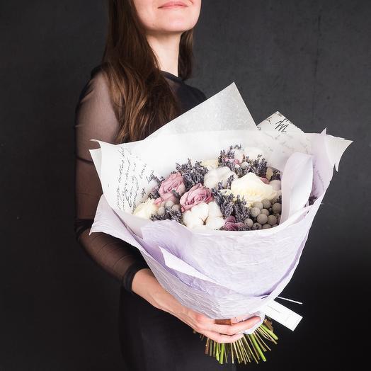 Восхитительный букет с розами и хлопком