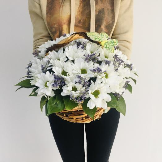 Корзина из белых кустовых хризантем