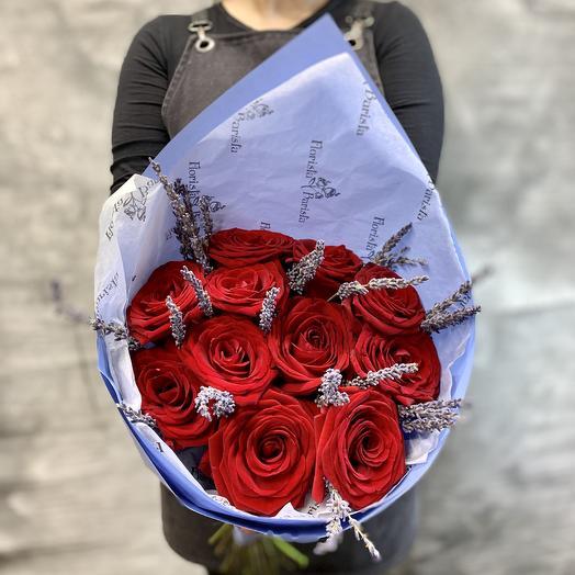 Красные розы с лавандой