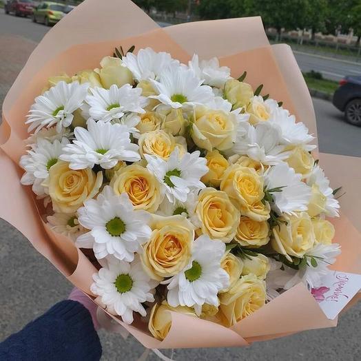 Кустовые розы в хризантемах