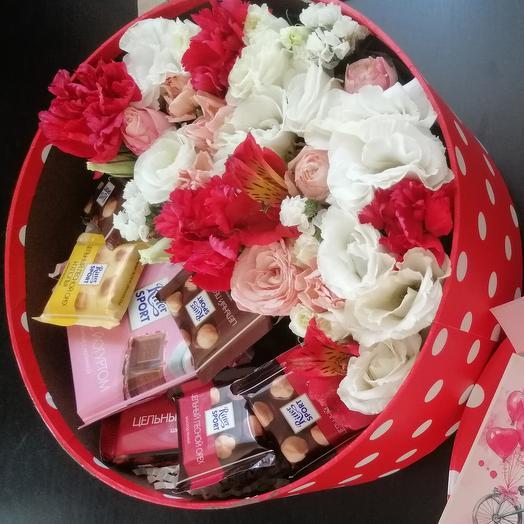 Коробочка с цветами и шоколадками