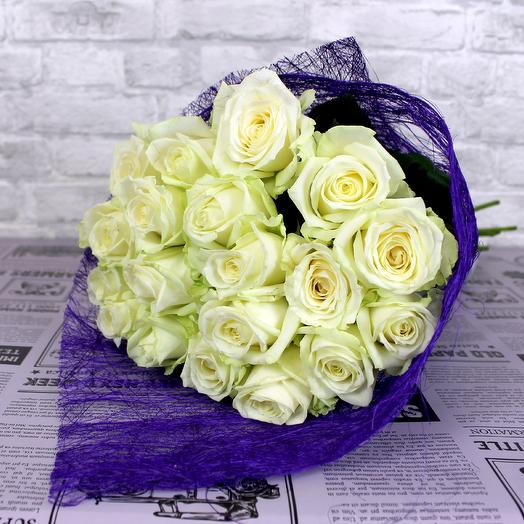 A bouquet of 19 white roses of the Avalange variety Abaca packaging
