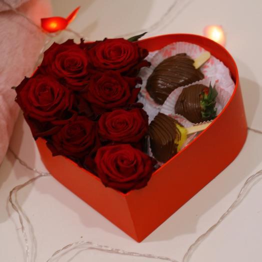 Розы в коробке с фруктами в фоколаде