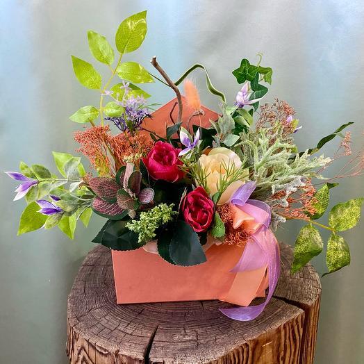 Композиция из искусственных и сухих цветов