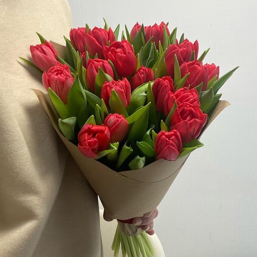 Букет алых тюльпанов