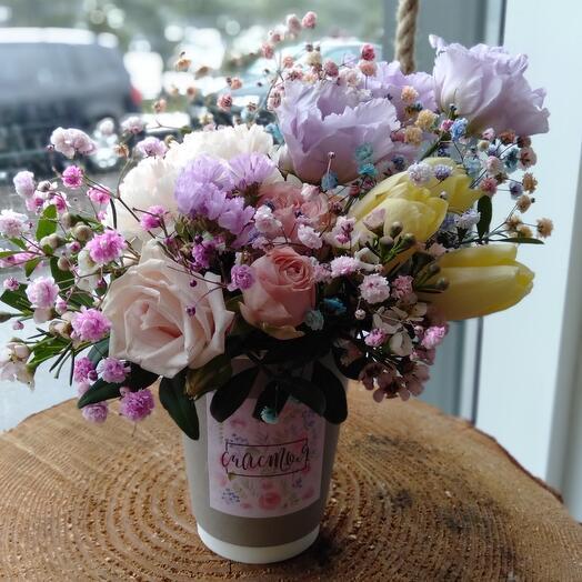 Стакан с тюльпанами и гипсофилой