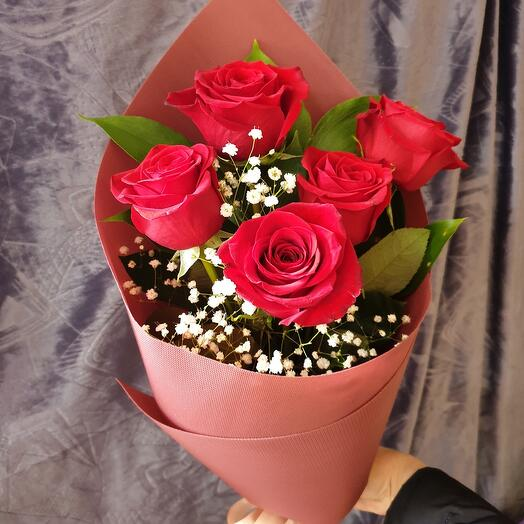 Bouquet of 5 roses and gypsophila